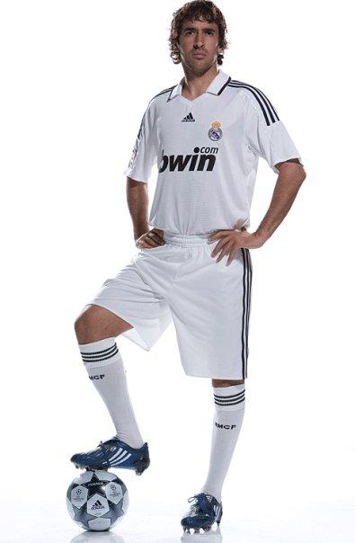 """Футболке  """"Реал Мадрида """" более ста лет.  Ее носили многие величайшие игроки.  С 2003 года за дизайн формы стала..."""